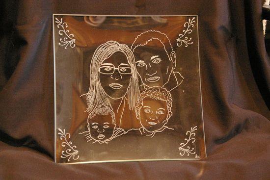 Assiette personnalisee par la gravure de portraits realise d apres photos pour la famille complete