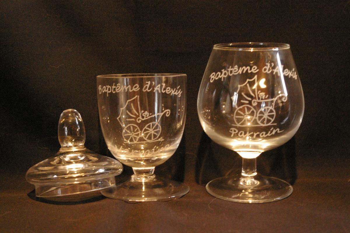 Bonbonniere et verre personnalises par la meme gravure pour un cadeau de bapteme