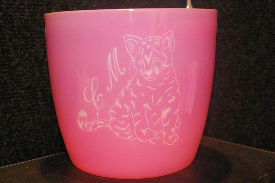 Cache pot rose personnalise par la gravure d un petit tigre 1