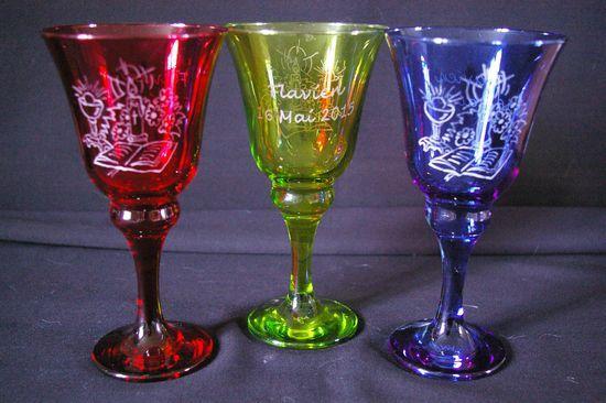 Calices en verre multicolores personnalises par la gravure pour une communion dessin et texte