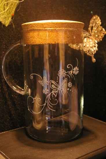 Carafe a eau avec bouchon de liege gravee d un dessin tout en rondeur papillon et fleur 1