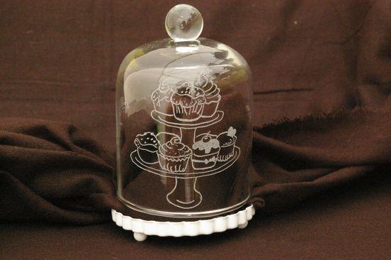 Cloche a gateau en verre personnalisee par la gravure1