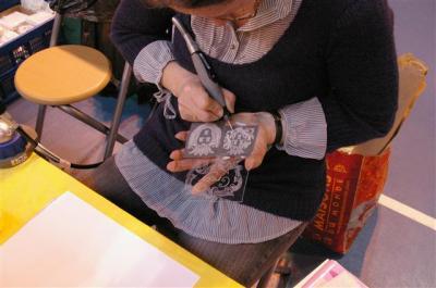 Détails d'une gravure faite à la main sur une plaque de verre