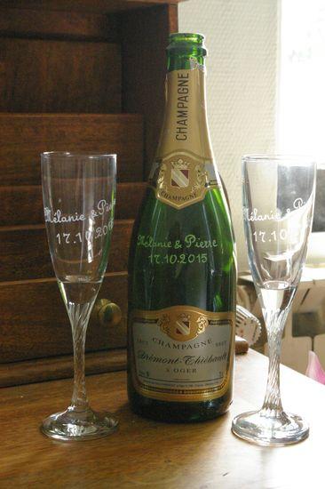 Ensemble bouteille et flutes a champagne graves pour un mariage