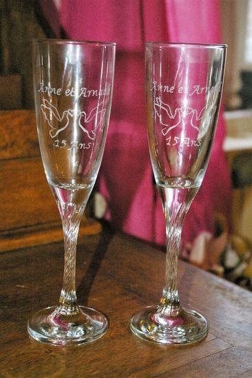 Flutes gravees pour un mariage personnalises d un dessin et de prenoms