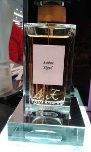 Gravure d initiales sur un flacon de parfum