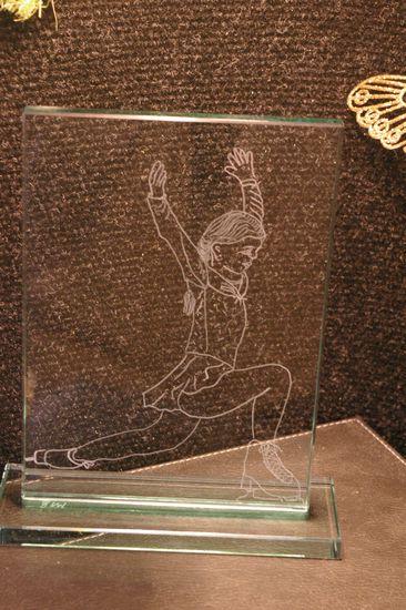 Gravure d un dessin realise d apres une photo sur ce trophee en verre