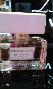 Gravure d un prenom sur un flacon de parfum