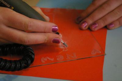 Gravure sur verre realisee par un enfant lors d un atelier d initiation