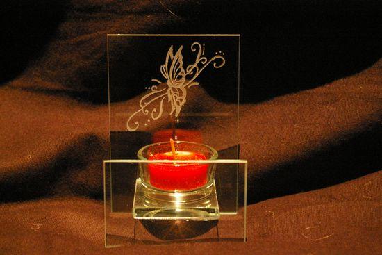 Un photophore en verre personnalisé par la gravure d'un papillon