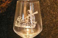 un verre de vin gravé d'un scène de chasse