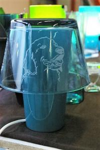 Lampe en verre personnalisee par la gravure de la tete d un golden retriever