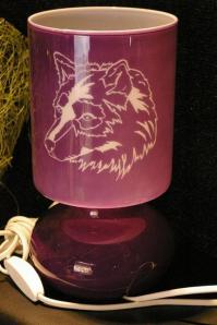 Lampe mauve gravee et personnalisee pour un cadeau de noel original