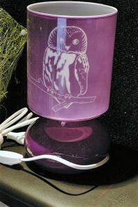 Lampe mauve personnalisee grace a la gravure d une chouette pour un cadeau de noel unique