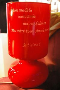 Lampe rouge gravee d un message personnel