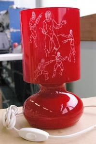 Lampe rouge gravee de silhouettes d escrimeurs bis