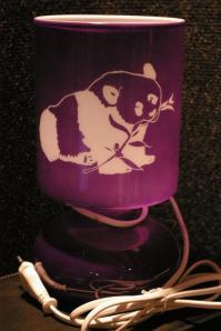 Lampe violette personnalisee par la gravure d un panda