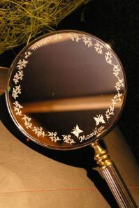 Miroir a main personnalise par la gravure pour un cadeau tres original et unique