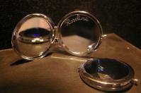 Miroir de poche personnalise grace a la gravure sur le miroir interieur