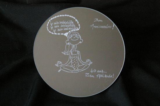 Miroir personnalise par la gravure d un dessin humoristique en cadeau d anniversaire
