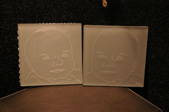 Portraits d enfants realises d apres photos et graves sur ces carreaux de verre