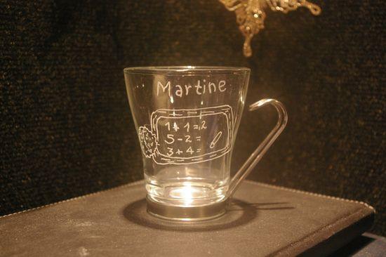 Tasse a the en verre personnalisee par la gravure pour une maitresse