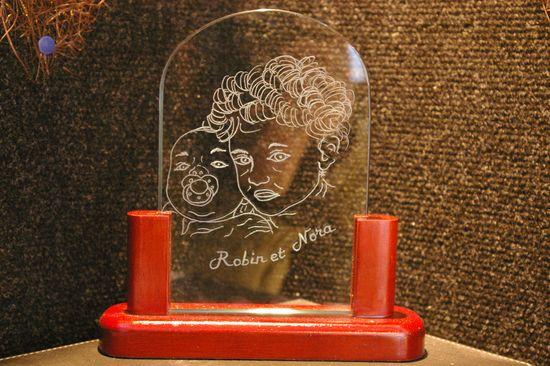 Trophee decoratif bois et verre personnalise par la gravure de portrait realise d apres photo