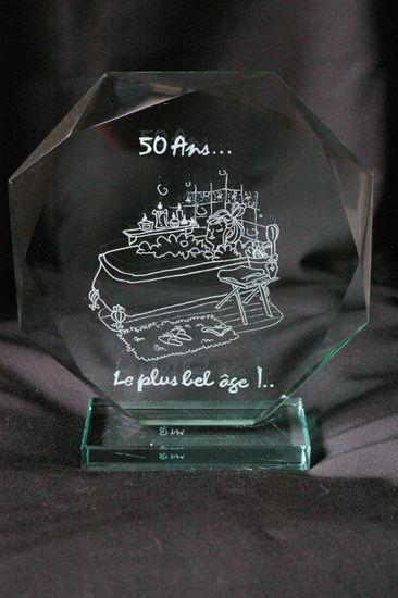 Trophee decoratif en verre personnalise par la gravure d un dessin en cadeau d anniversaire