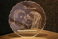 Trophee decoratif en verre personnalise par la gravure de portrait realise d apres photos pour un cadeau de fete des meres unique 1