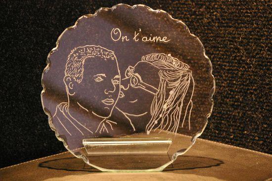 Trophee decoratif en verre personnalise par la gravure de portrait realise d apres photos pour un cadeau de fete des meres unique
