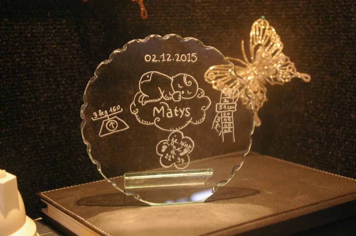 Trophee decoratif en verre personnalise par la gravure pour un cadeau de naissance unique 3
