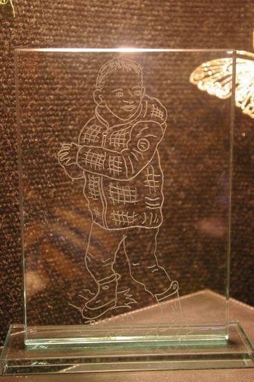 Trophee en verre grave d un dessin d un enfant realise d apres une photo