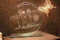 Trophee en verre grave d un petit couple de skieurs pour souhaiter la bienvenue dans votre maison 1
