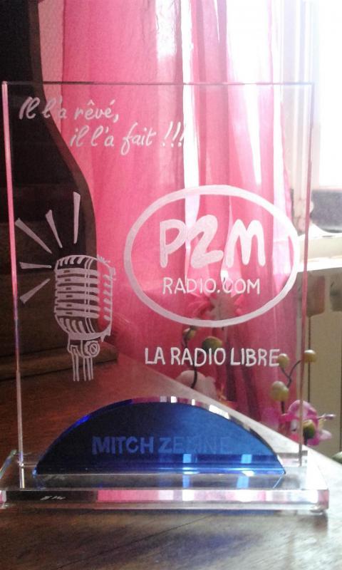 Trophee en verre personnalisee par la gravure a la main du logo pour une radio fm 1