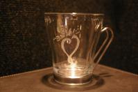 Une tasse a the porteuse d un message grave dans le verre