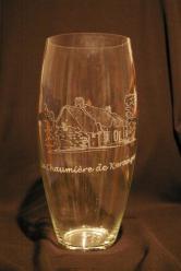 Vase en verre personnalise par la gravure de la maison d hote realisee d apres une photo