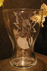 Vase evase personnalise par la gravure d une fee