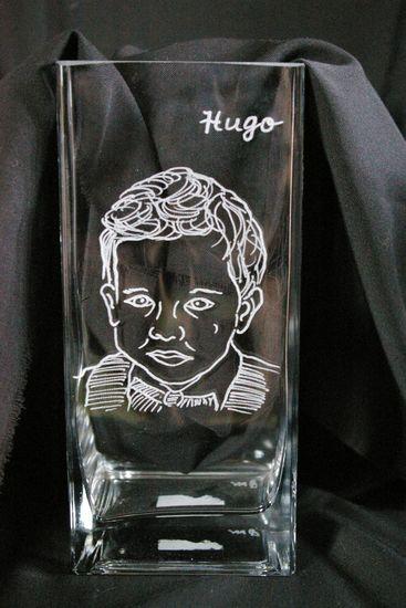 Vase rectangle personnalise grace a la gravure du portrait d un enfant