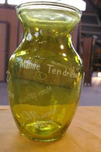 Vase vert grave pour la fete des grands meres