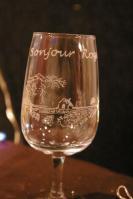 Verre a vin personnalise par la gravure de la carte de visite du viticulteur bonjour roger