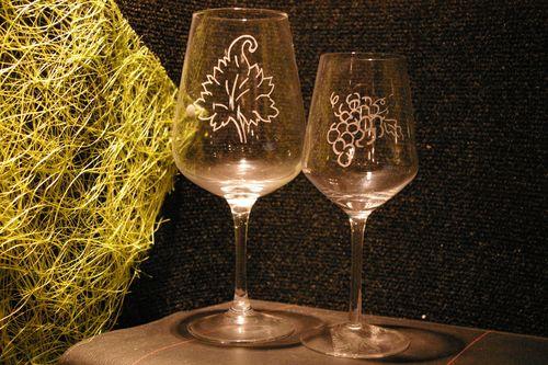 Verres a vin et a eau graves d une grappe et d une feuille de vigne